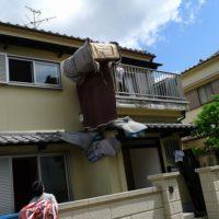 ロープで吊あげて家具を搬入する。