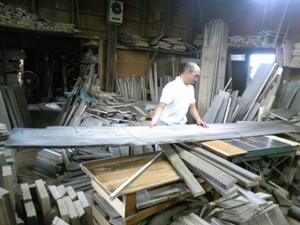 長い桐材を丸のこで切断する伝統工芸士