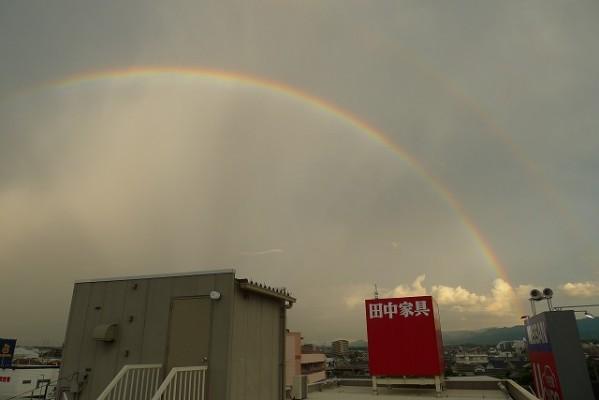 屋上から見た綺麗な虹