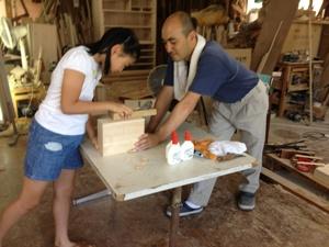 桐箱作りを指導する伝統工芸士