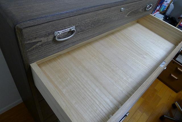 初音の小袖の引き出し内部の幅の広い良質な桐材