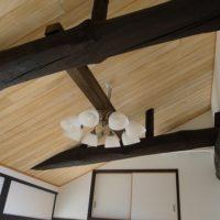 お二階の天井の梁とシャンデリアと桐の天井板