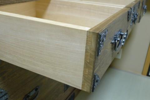 総桐焼桐時代衣装箪笥 並び引出し側面の国産桐材