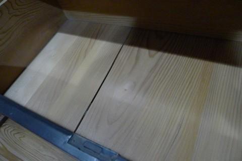 黒柿の衣装箪笥の修理前の底板のモミの写真