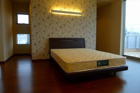 主寝室のダブルベッド