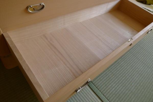 総桐の綺麗な艶と木目の引出しの底板