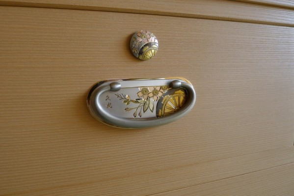 前飾りとお揃いの引手金具と鍵座