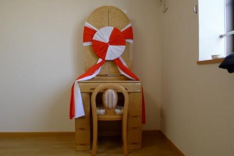 紅白飾りをさせえいただいたメープル鏡台