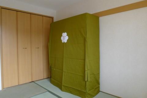 最高峰の大阪泉州桐箪笥の胴丸大衣装箪笥に掛けられた初音オリジナル色の油単 2