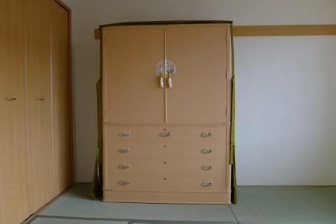 最高峰の大阪泉州桐箪笥の胴丸大衣装箪笥に掛けられた油単をあげた正面写真