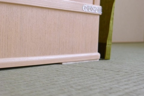 桐たんすの水平バランスをとるための敷板