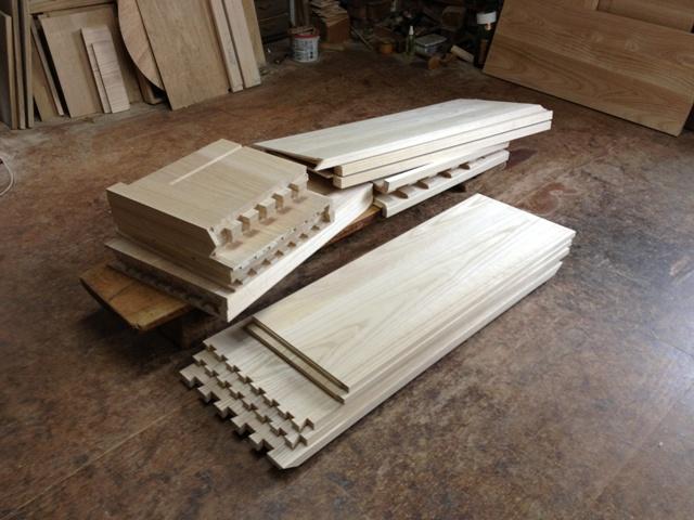 組立前の手組み蟻組を施された桐箪笥の部材