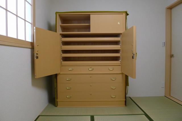 大阪泉州桐箪笥の胴丸型和紙金具箪笥の内部