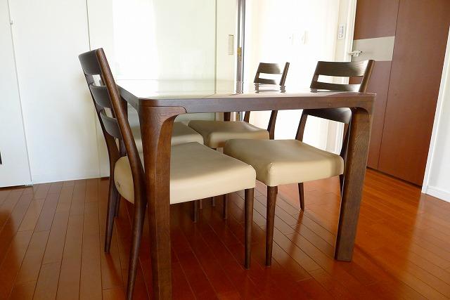 カリモクCT6115K510チェアー4本と、食堂テーブルのDD4730K000モカブラウン