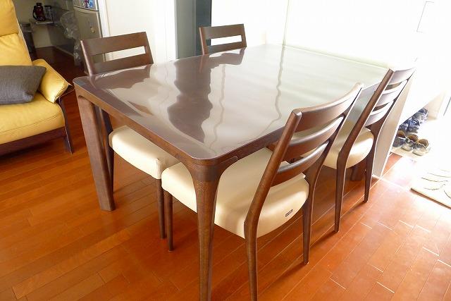 カリモクCT6115K510チェアー4本と、食堂テーブルのDD4730K000モカブラウンマット付