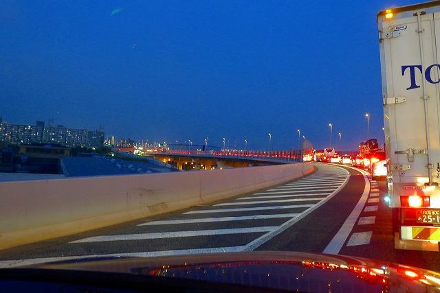 交通渋滞の湾岸線のストップランプの灯り
