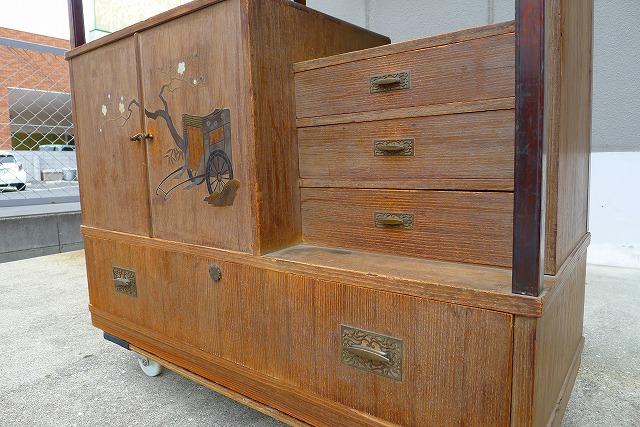 洗い前の桐の蒔絵入りの和棚の別注金具