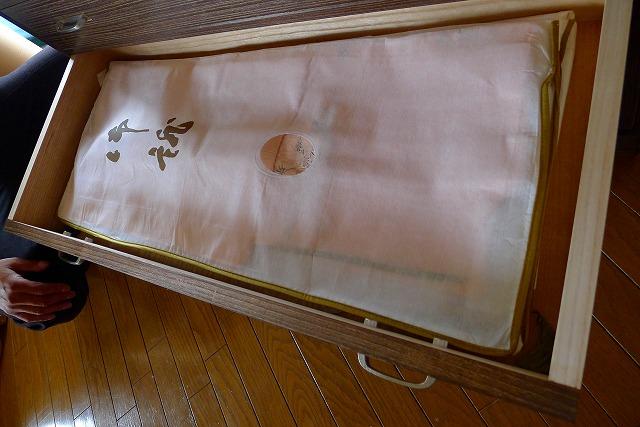 大阪泉州桐箪笥天丸焼桐柾目5段引出し桐たんすに納めるお着物2