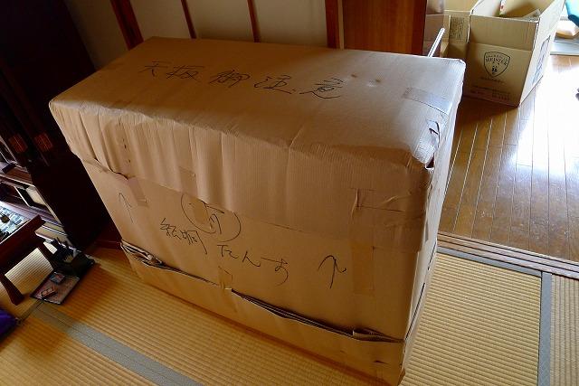 大阪泉州桐箪笥天丸焼桐柾目5段引出し桐たんすを梱包した写真