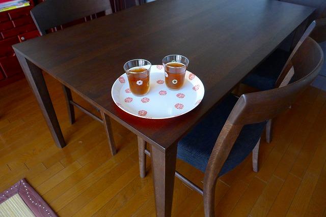 カリモクのDT8411Kダイニングテーブルと麦茶