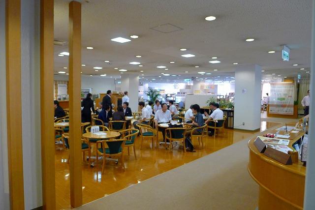 karimoku2013の新作家具の内見会を見にいきました。