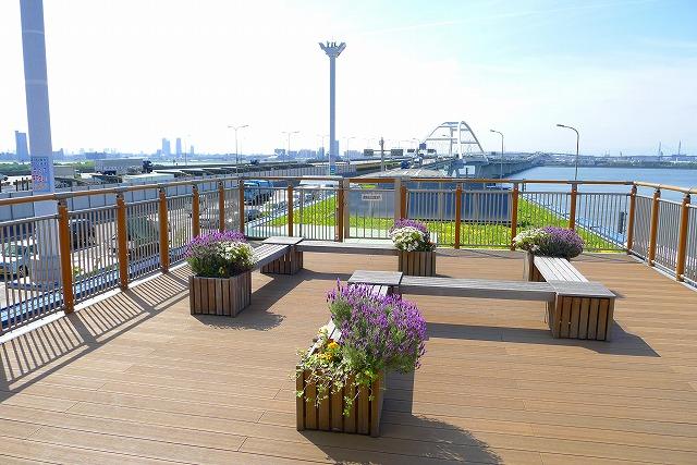 阪神高速 湾岸線の中島パーキングエリアの二階のウッドデッキバルコニーのお花