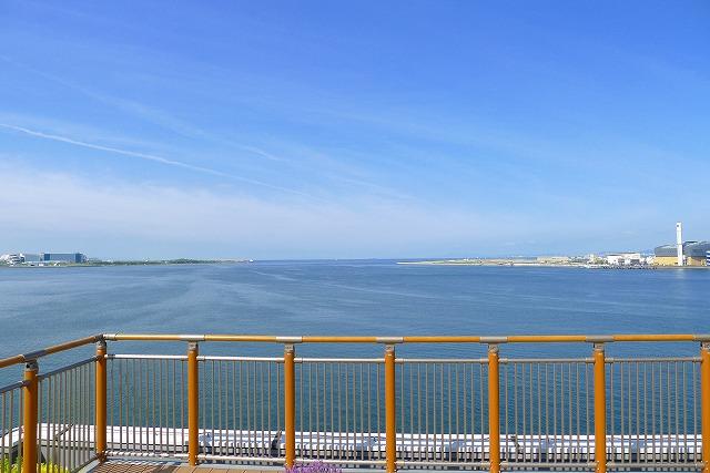 阪神高速 湾岸線の中島パーキングエリアの二階のウッドデッキバルコニーからの眺め