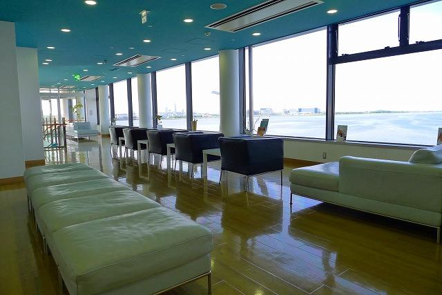 阪神高速 湾岸線の中島パーキングエリアの二階のオシャレな内装とゴルビジェソファー