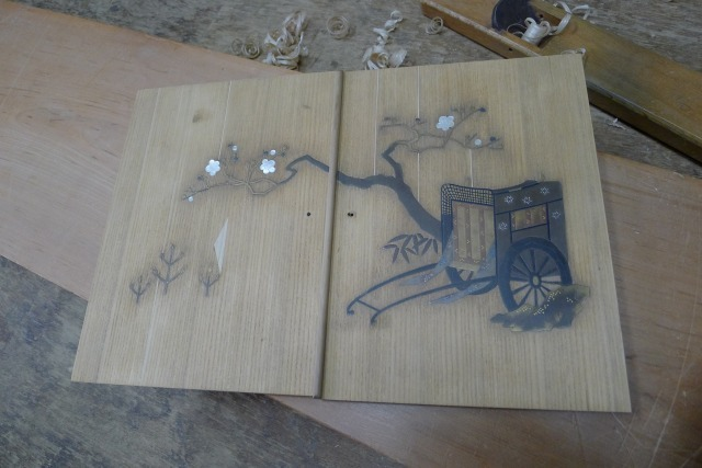 古い桐の和棚の蒔絵の扉の修理途中の写真