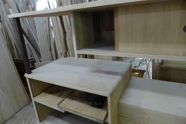 古い桐の和棚に入れ木の修理途中の写真 2