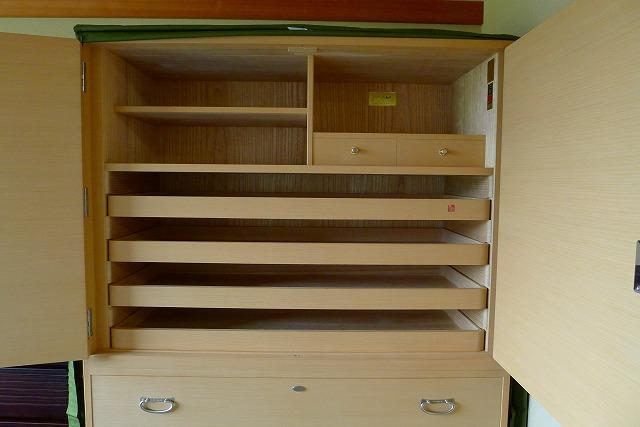 大阪泉州桐たんす 焼央初音オリジナル総桐たんすの開き戸の内部