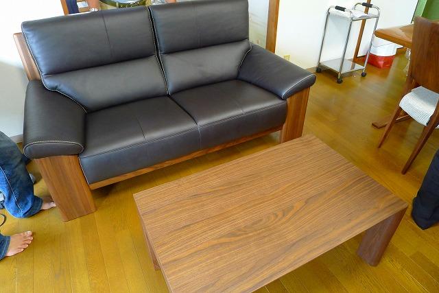 カリモクZU4862R353の2人掛けソファーとセンターテーブルTU3255R000ウォールナット