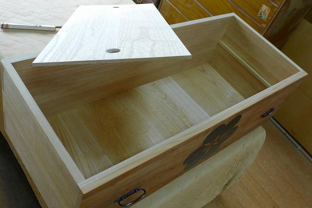 長持ちをリメイクした焼桐3段引出し箪笥の引出しの棚板