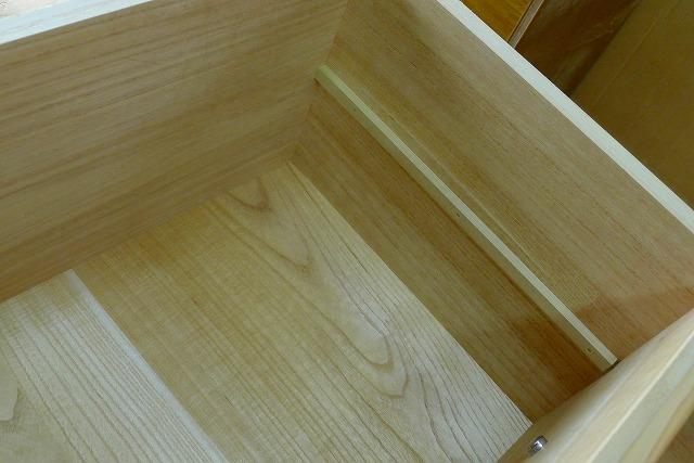 長持ちをリメイクした焼桐3段引出し箪笥の引出しの棚板受けと底板
