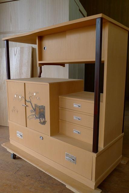 洗い修理の完成した、桐の和棚の工房での写真