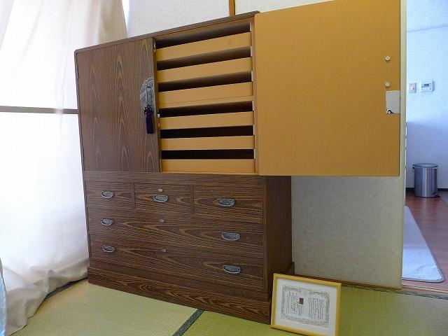 大阪泉州桐箪笥焼桐盆六衣装箪笥(三輪)の戸の内部