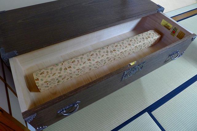 掛け軸入れの焼桐3段引出し箪笥の内部