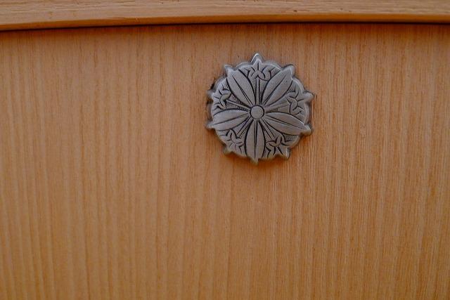 洗い修理の完成した、桐の和棚の鍵座写真