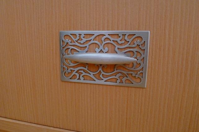 洗い修理の完成した、桐の和棚の金具写真
