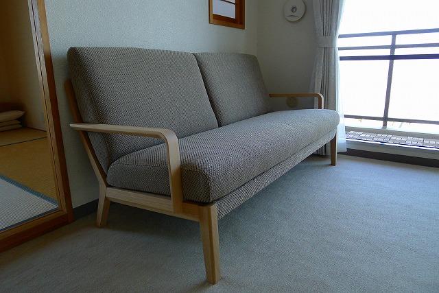 カリモクのWU4562 布張りソファー