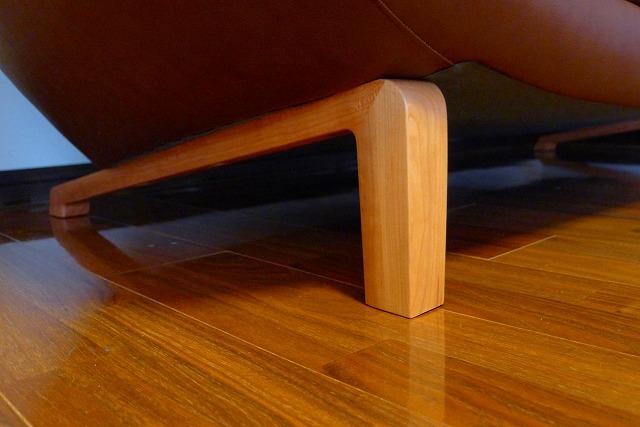 プレミアムオーダーZU4653ソファーのブラックチェリー木部取付写真