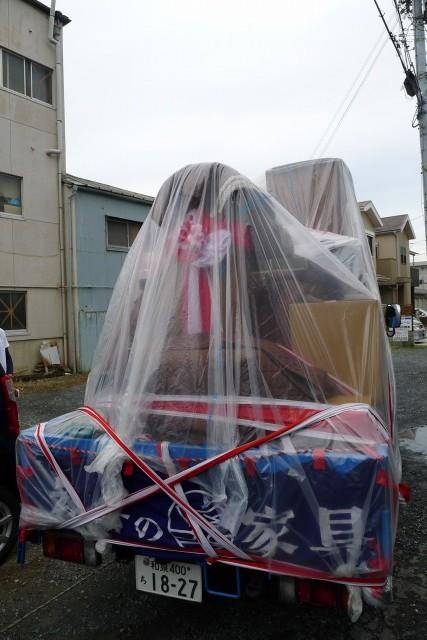 雨の日の紅白荷飾り荷出しの模様
