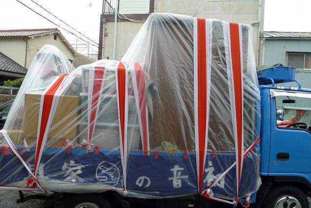 雨の日の紅白荷飾り荷出し