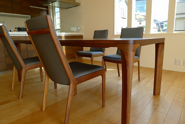 カリモクDD72303478テーブルとCU4155R565チェアーのセットサイド写真