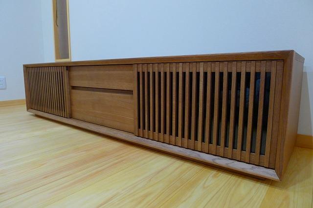 カリモクQU6067MH TVボードの扉 縦桟