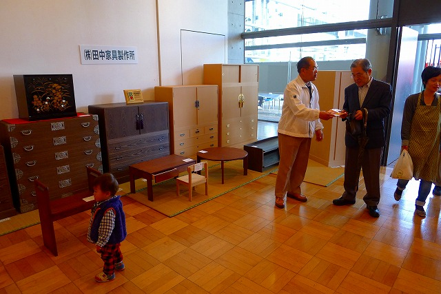 初音の桐箪笥 田中家具製作所 小物展示ブースで商談中の田中専務
