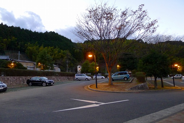 いよやかの郷の駐車場の夕暮れの風景