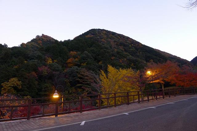駐車場から見た夕暮れの紅葉(もみじ)と山