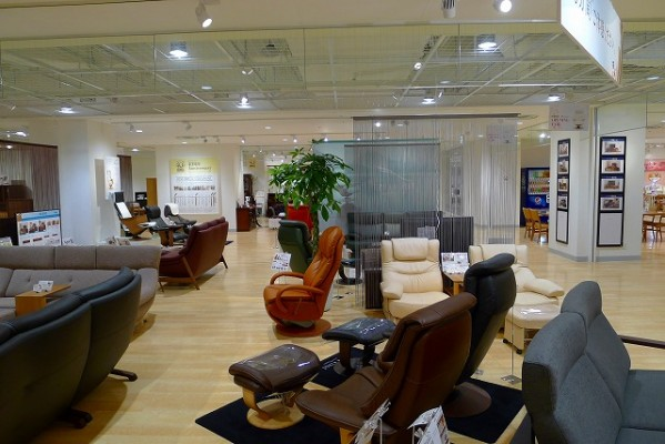 カリモク家具神戸ショウルームの店内展示写真