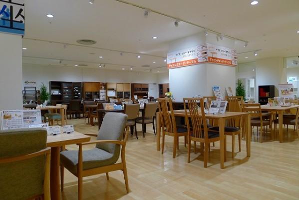 カリモク家具神戸ショウルームのダイニングセット店内展示写真